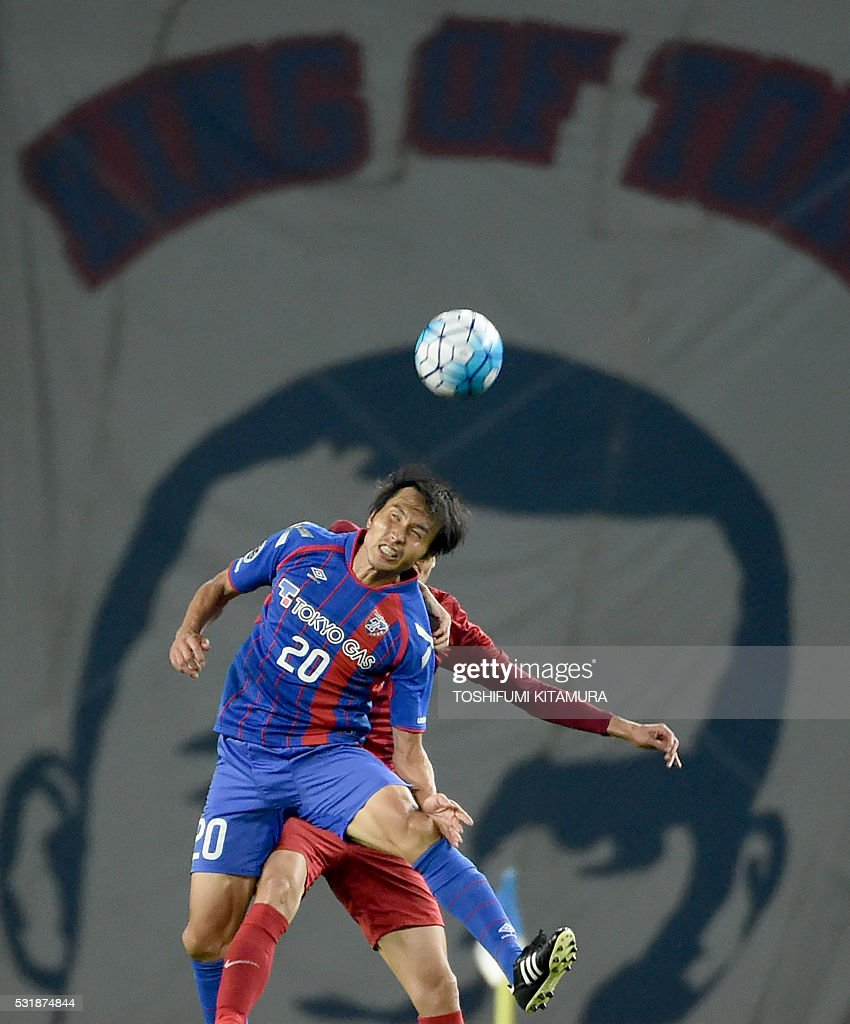 Japan's FC Tokyo forward Ryoichi Maeda (L) fights for the ball a China's Shanghai SPIG player during the AFC champions league round of 16 first match in Tokyo on May 17, 2016. / AFP / TOSHIFUMI