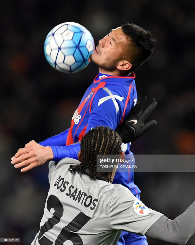 Japan's FC Tokyo forward Takuma Abe (top) fights for the ball with Thailand's Chonburi FC forward Anderson Dos Santos during the AFC champions league play-off match in Tokyo on February 9, 2016. AFP PHOTO / TOSHIFUMI KITAMURA / AFP / TOSHIFUMI KITAMURA