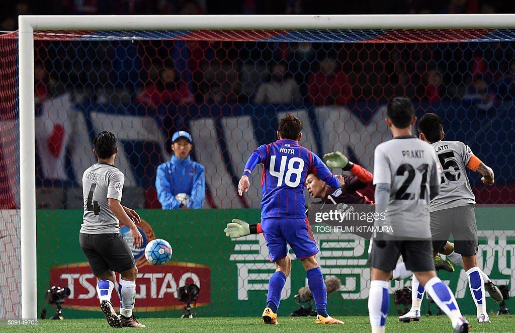 Japan's FC Tokyo midfielder Kota Mizunuma (2nd L) scores a goal past Thailand's Chonburi FC goalkeeper Thanachai Noorach (C) during the AFC champions league play-off match in Tokyo on February 9, 2016. AFP PHOTO / TOSHIFUMI KITAMURA / AFP / TOSHIFUMI KITAMURA