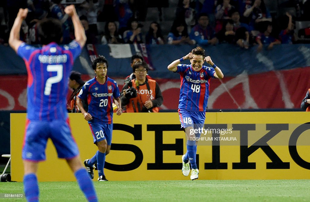 Japan's FC Tokyo midfielder Kota Mizunuma (R) shouts in jubilation after scoring a goal beside forward Ryoichi Maeda (C, #20) during the AFC champions league round of 16 first match against China's Shanghai SPIG in Tokyo on May 17, 2016. / AFP / TOSHIFUMI