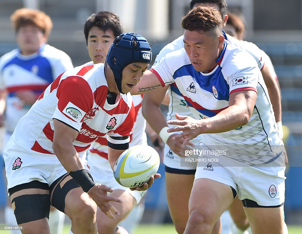 Japan's flanker Taiyo Ando (L) and South Korea's number eight Han Kun Kyu (R) chase the ball during their Asian Rugby Championship rugby match in Yokohama on April 30, 2016. / AFP / KAZUHIRO