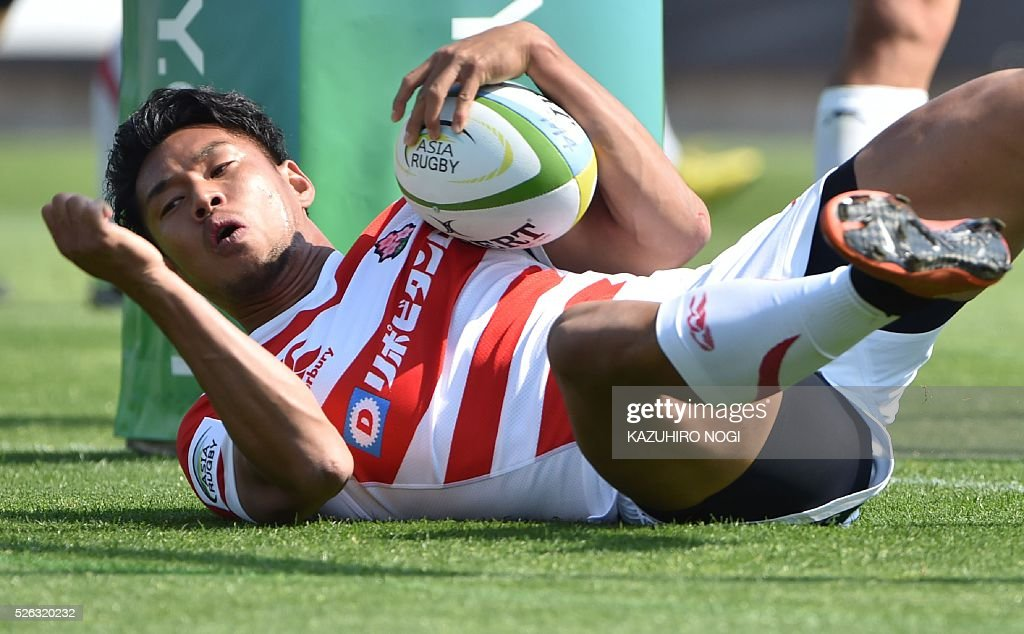 Japan's fly-half Ryohei Yamanaka socres a try against South Korea during their Asian Rugby Championship rugby match in Yokohama on April 30, 2016. / AFP / KAZUHIRO