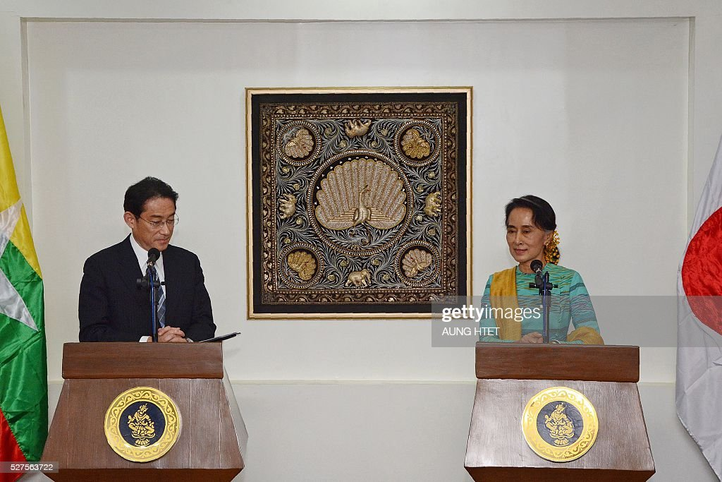 Japan's Foreign Minister Fumio Kishida (L) and Myanmar's Foreign Minister and State Counselor Aung San Suu Kyi (R) address the media during a joint press conference following their meeting at the Ministry of Foreign Affairs in Naypyidaw on May 3, 2016. / AFP / AUNG