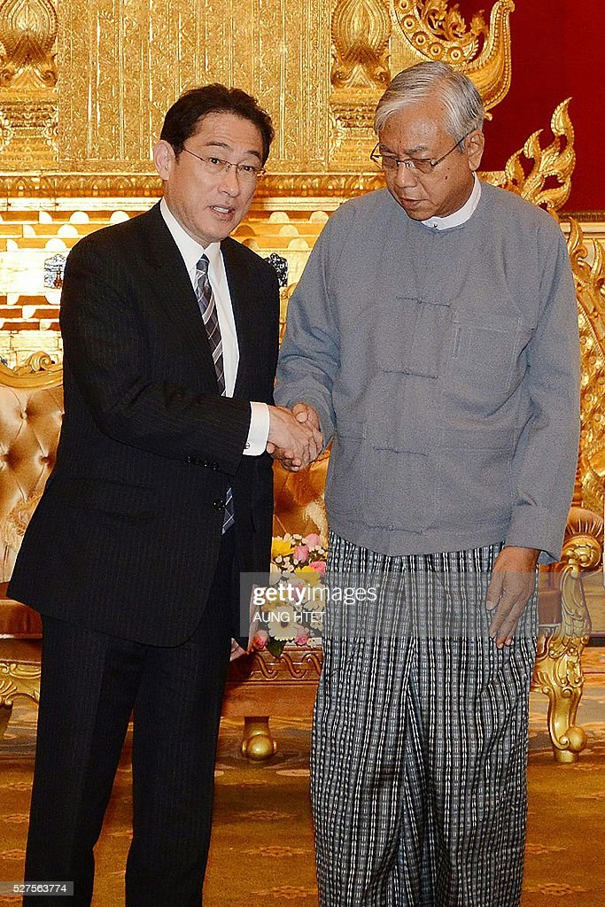 Japan's Foreign Minister Fumio Kishida (L) shakes hands with Myanmar President Htin Kyaw (R) at the presidential palace in Naypyidaw on May 3, 2016. / AFP / AUNG