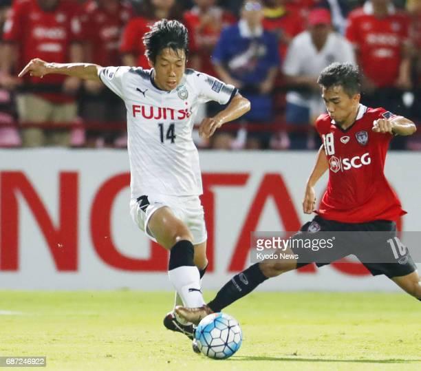 Japan's Kawasaki Frontale midfielder Kengo Nakamura and Thailand's Muangthong United midfielder Chanathip Songkrasin vie for the ball during the...