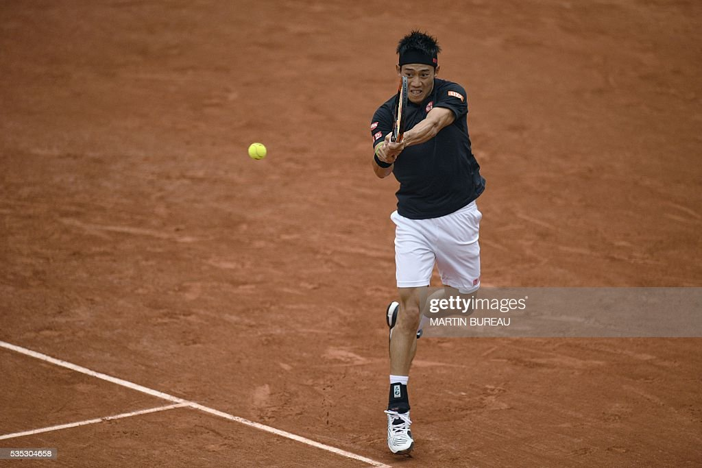 Japan's Kei Nishikori returns the ball to France's Richard Gasquet during their men's fourth round match at the Roland Garros 2016 French Tennis Open in Paris on May 29, 2016. / AFP / MARTIN