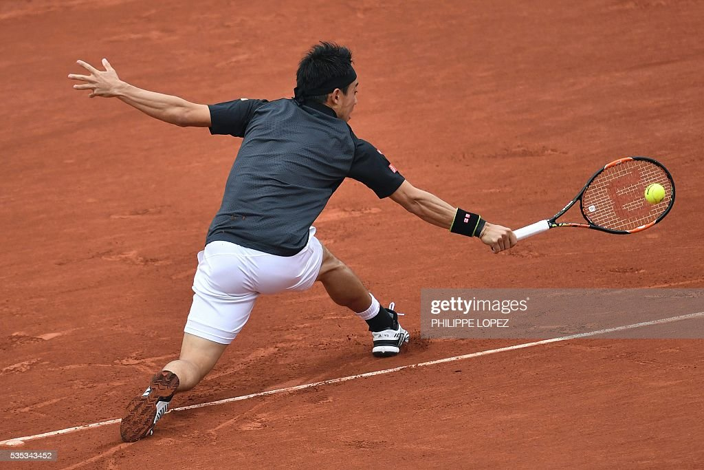 Japan's Kei Nishikori returns the ball to France's Richard Gasquet during their men's fourth round match at the Roland Garros 2016 French Tennis Open in Paris on May 29, 2016. / AFP / PHILIPPE