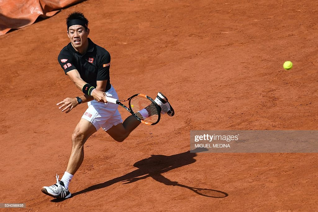 Japan's Kei Nishikori returns the ball to Russia's Andrey Kuznetsov during their men's second round match at the Roland Garros 2016 French Tennis Open in Paris on May 25, 2016. / AFP / MIGUEL