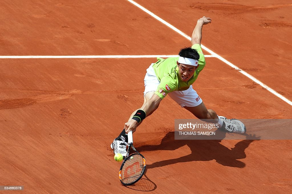 Japan's Kei Nishikori returns the ball to Spain's Fernando Verdasco during their men's third round match at the Roland Garros 2016 French Tennis Open in Paris on May 27, 2016. / AFP / Thomas SAMSON