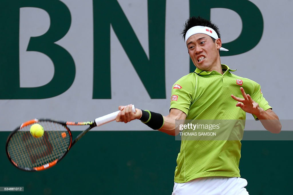 Japan's Kei Nishikori returns the ball to Spain's Fernando Verdasco during their men's third round match at the Roland Garros 2016 French Tennis Open in Paris on May 27, 2016. / AFP / Thomas SAMSON