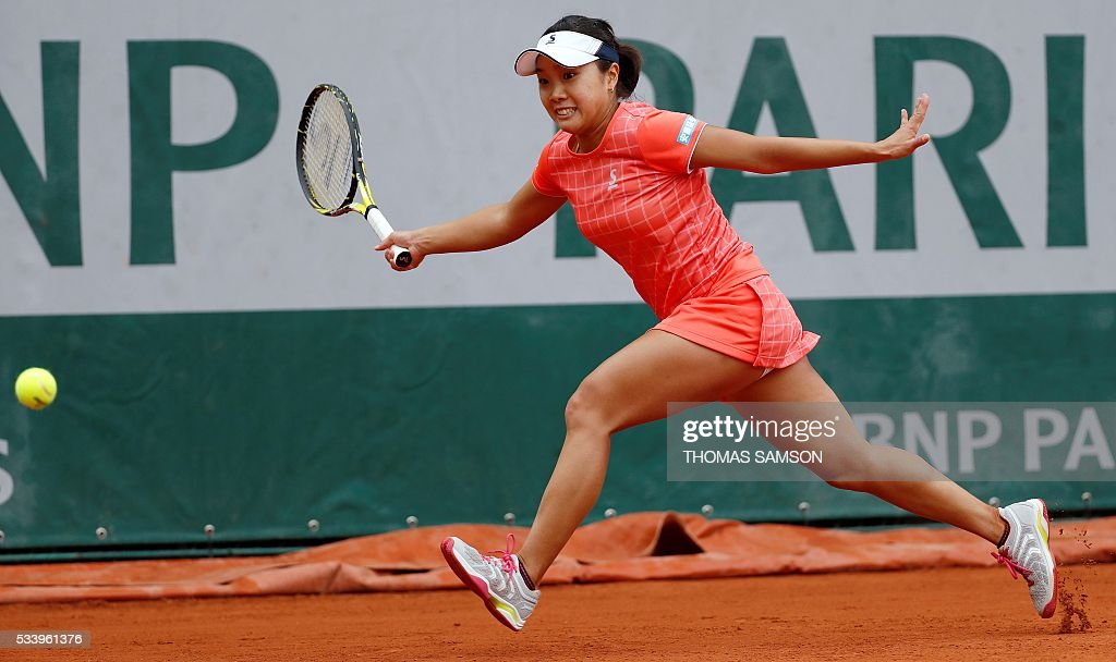 Japan's Kurumi Nara returns the ball to Czech Republic's Denisa Allertova during their women's first round match at the Roland Garros 2016 French Tennis Open in Paris on May 24, 2016. / AFP / Thomas SAMSON