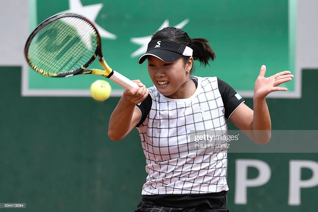 Japan's Kurumi Nara returns the ball to Serbia's Ana Ivanovic during their women's second round match at the Roland Garros 2016 French Tennis Open in Paris on May 26, 2016. / AFP / PHILIPPE