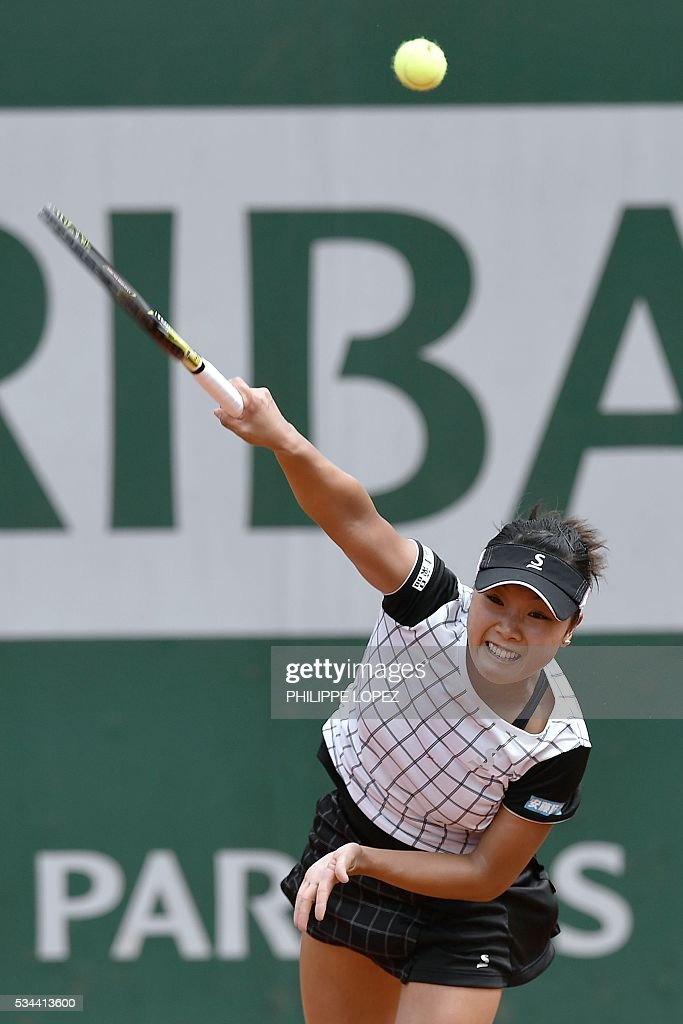 Japan's Kurumi Nara serves the ball to Serbia's Ana Ivanovic during their women's second round match at the Roland Garros 2016 French Tennis Open in Paris on May 26, 2016. / AFP / PHILIPPE