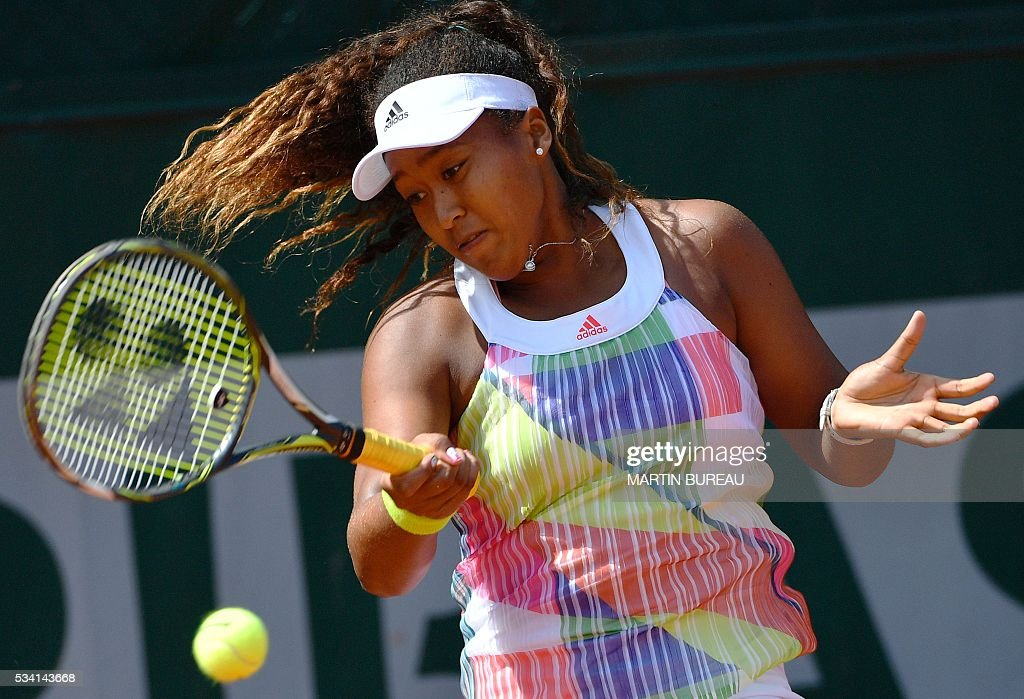Japan's Naomi Osaka returns the ball to Croatia's Mirjana Lucic-Baroni during their women's second round match at the Roland Garros 2016 French Tennis Open in Paris on May 25, 2016. / AFP / MARTIN