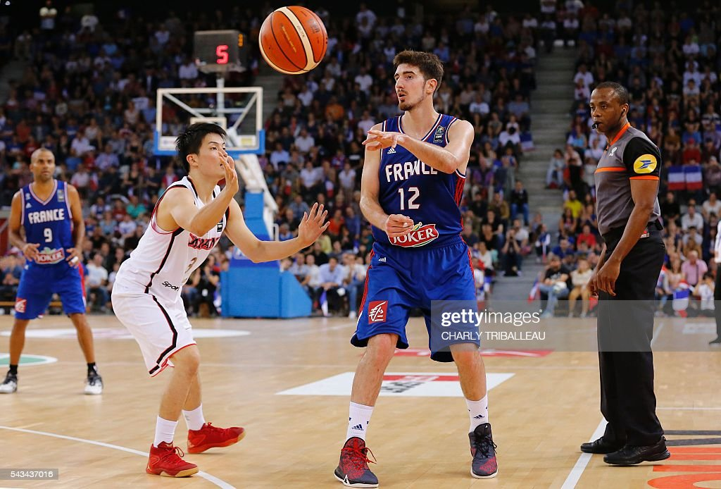 Japan's Naoto Tsuji (L) vies with France's Nando De Colo (R) during the basketball match between France and Japan at the Kindarena hall in Rouen on June 28, 2016. / AFP / CHARLY