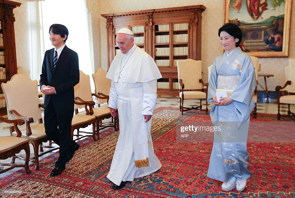 Japan's Prince Akishino (L) and his wife Princess Kiko (R) meet Pope Francis during a private audience at the Vatican on May 12, 2016. / AFP / STEFANO