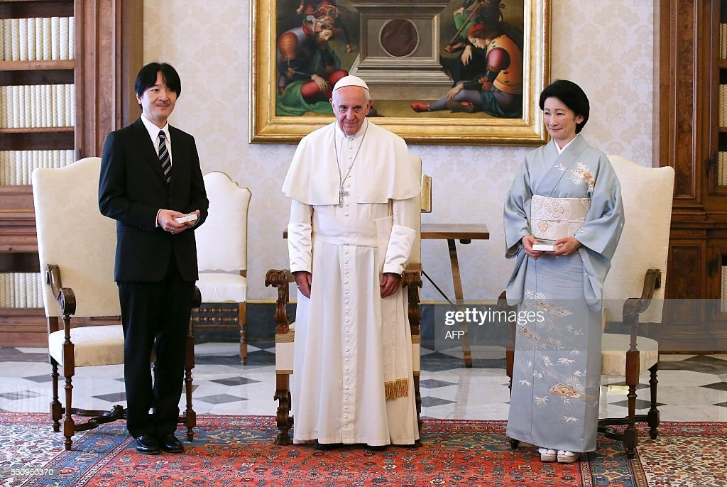 Japan's Prince Akishino (L) and his wife Princess Kiko (R) pose with Pope Francis during a private audience at the Vatican on May 12, 2016. / AFP / STEFANO