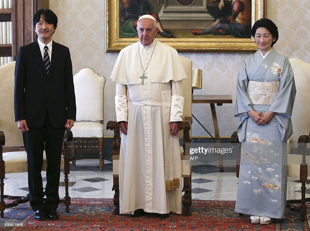 Japan's Prince Akishino (L) and his wife Princess Kiko (R) poses with Pope Francis at the Vatican on May 12, 2016. / AFP / POOL / STEFANO