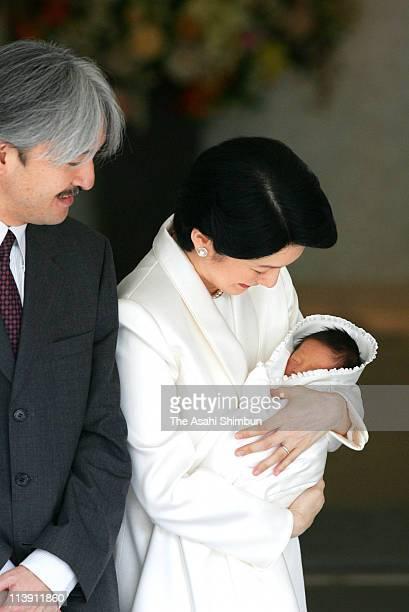 Japan's Prince Akishino and his wife Princess Kiko smile at as they leave a Tokyo hospital with their newborn son Prince Hisahito September 15 2006...