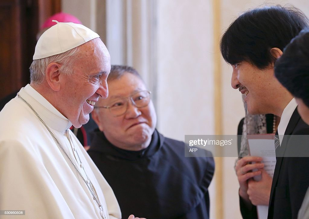 Japan's Prince Akishino (R) speaks with Pope Francis during a private audience at the Vatican on May 12, 2016. / AFP / STEFANO