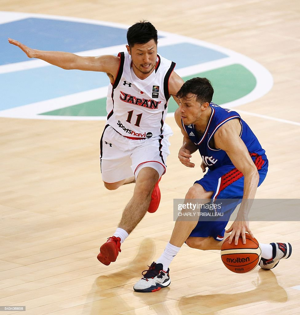 Japan's Ryoma Hashimoto (L) vies with France's Thomas Heurtel (R) during the basketball match between France and Japan at the Kindarena hall in Rouen on June 28, 2016. / AFP / CHARLY