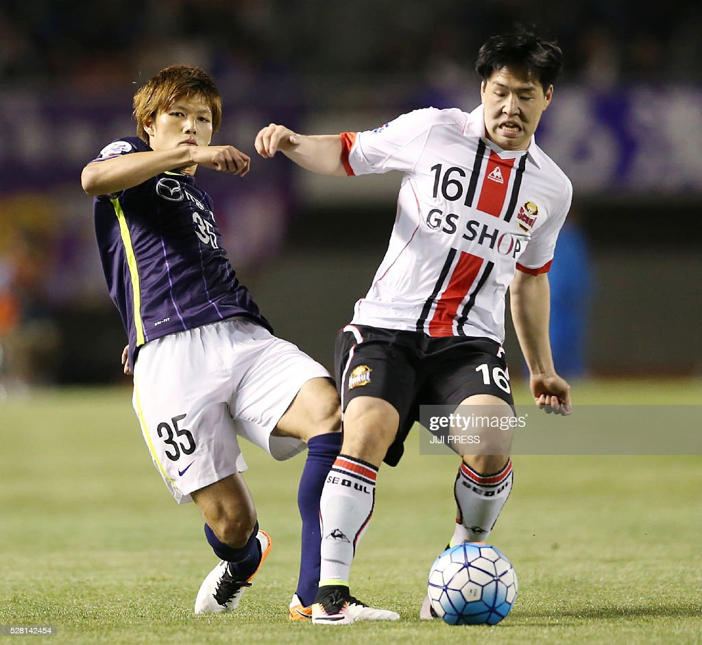 Japan's Sanfrecce Hiroshima defender Naoki Otani (L) vies for the ball with South Korea's FC Seoul forward Shim Jehyeok (R) during their AFC champions league group F football match in Hiroshima on May 4, 2016. / AFP / JIJI