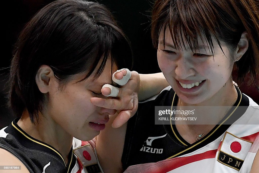 Japan's Saori Sakoda (L) and Saori Kimura react after losing the women's quarter-final volleyball match between Japan and USA at the Maracanazinho stadium in Rio de Janeiro on August 16, 2016. / AFP / Kirill KUDRYAVTSEV