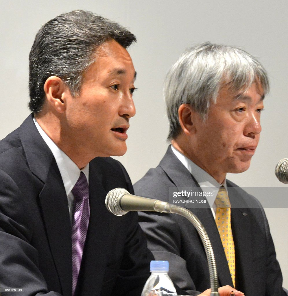 Japan's Sony Corporation President Kazuo Hirai (L) and Olympus Corporation President Hiroyuki Sasa (R) attend a joint press conference in Tokyo on October 1, 2012. Olympus and Sony announced that the two companies have entered into a business alliance agreement and a capital alliance agreement through a third-party allotment of Olympus's common shares to Sony. AFP PHOTO / KAZUHIRO NOGI