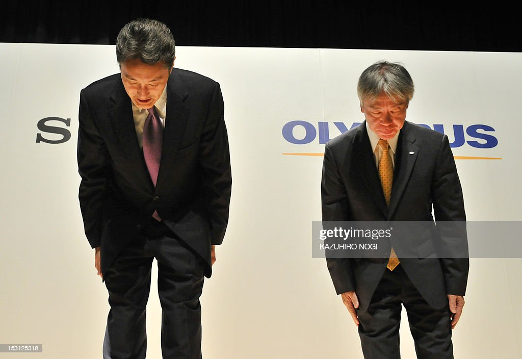 Japan's Sony Corporation President Kazuo Hirai (L) and Olympus Corporation President Hiroyuki Sasa (R) bow after their joint press conference in Tokyo on October 1, 2012. Olympus and Sony announced that the two companies have entered into a business alliance agreement and a capital alliance agreement through a third-party allotment of Olympus's common shares to Sony. AFP PHOTO / KAZUHIRO NOGI