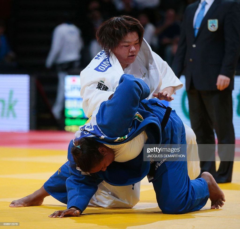 Japan's Tachimoto Megumi (up) competes against Brazil's Rochele Nunes during the women's over 78 kg semi-final at the Paris Grand Slam Judo tournament in Paris on February 7, 2016. Tachimoto qualified for the final. / AFP / JACQUES DEMARTHON