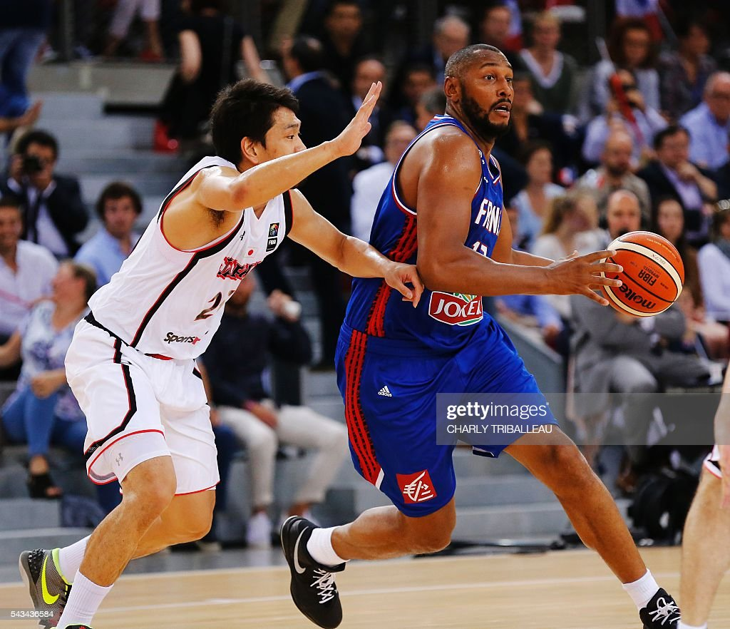 Japan's Takatoshi Furukawa (L) vies with France's Boris Diaw (R) during the friendly basketball match between France and Japan at the Kindarena hall in Rouen on June 28, 2016. / AFP / CHARLY