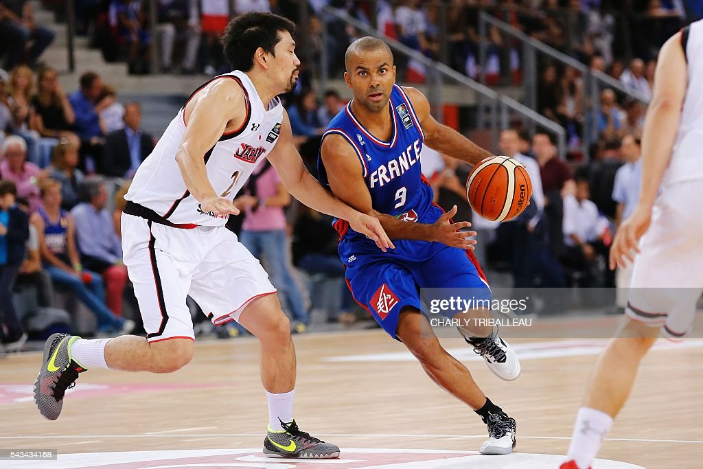 Japan's Takatoshi Furukawa (L) vies with France's Tony Parker (R) during the friendly basketball match between France and Japan at the Kindarena hall in Rouen on June 28, 2016. / AFP / CHARLY