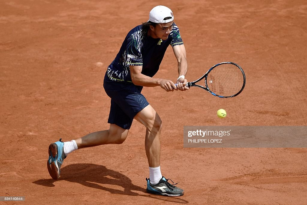 Japan's Taro Daniel returns the ball to Switzerland's Stanislas Wawrinka during their men's first round match at the Roland Garros 2016 French Tennis Open in Paris on May 25, 2016. / AFP / PHILIPPE