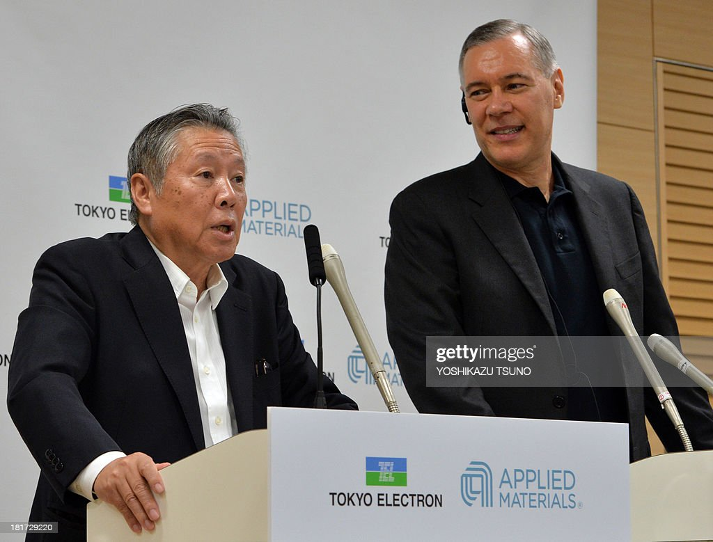 Japan's Tokyo Electron chairman Tetsuro Higashi (L) and US semiconductor giant Applied Materials CEO Gary Dickerson (R) announce their agreement to merge next year at a press conference at the Tokyo Electron headquarters in Tokyo on September 24, 2013. Applied Materials and Tokyo Electron, US and Japanese makers of tools to produce semiconductors and displays, said they will merge to increase efficiency and to better meet changing customer demands. AFP PHOTO / Yoshikazu TSUNO