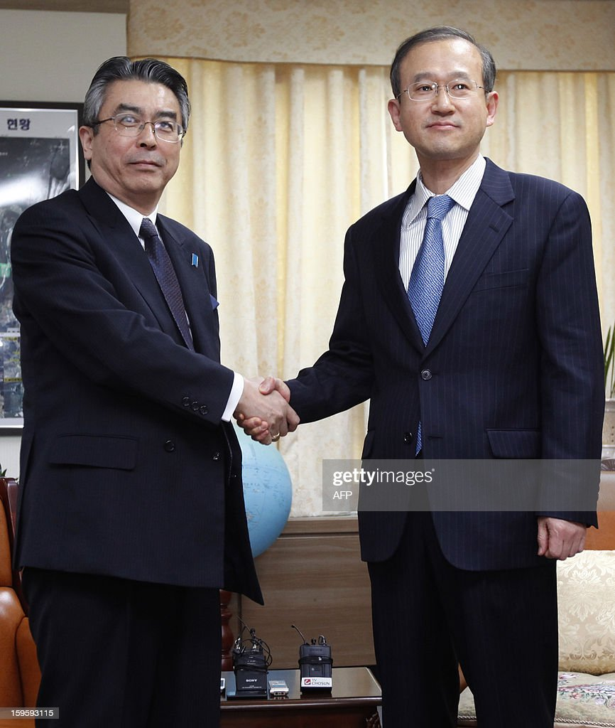 Japan's top nuclear envoy Sugiyama Shinsuke (L) shakes hands with his South Korean counterpart Lim Sung-nam during their meeting at the Foreign Ministry in Seoul January 17, 2013. The envoys are in Seoul to hold talks on North Korea's nuclear programme. AFP PHOTO / Kim Hong-Ji / POOL