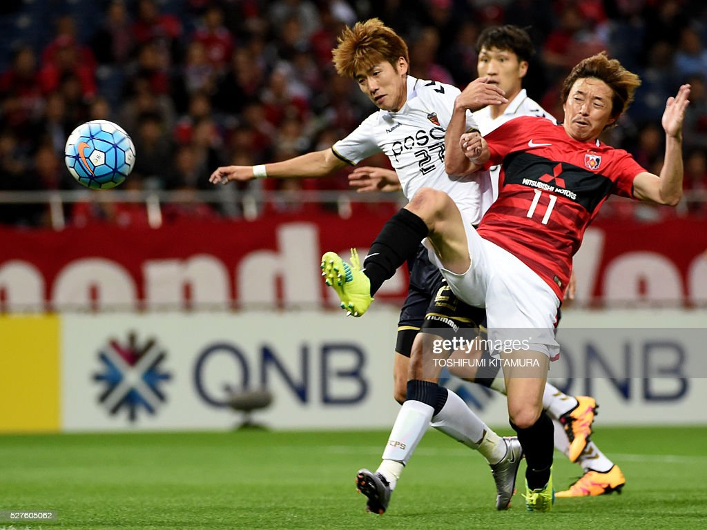 Japan's Urawa Reds forward Naoki Ishihara (R) fights for the ball with South Korea's Pohang Steelers defender Park Sun-Ju (L) during their AFC champions league group H football match in Saitama on May 3, 2016. / AFP / TOSHIFUMI