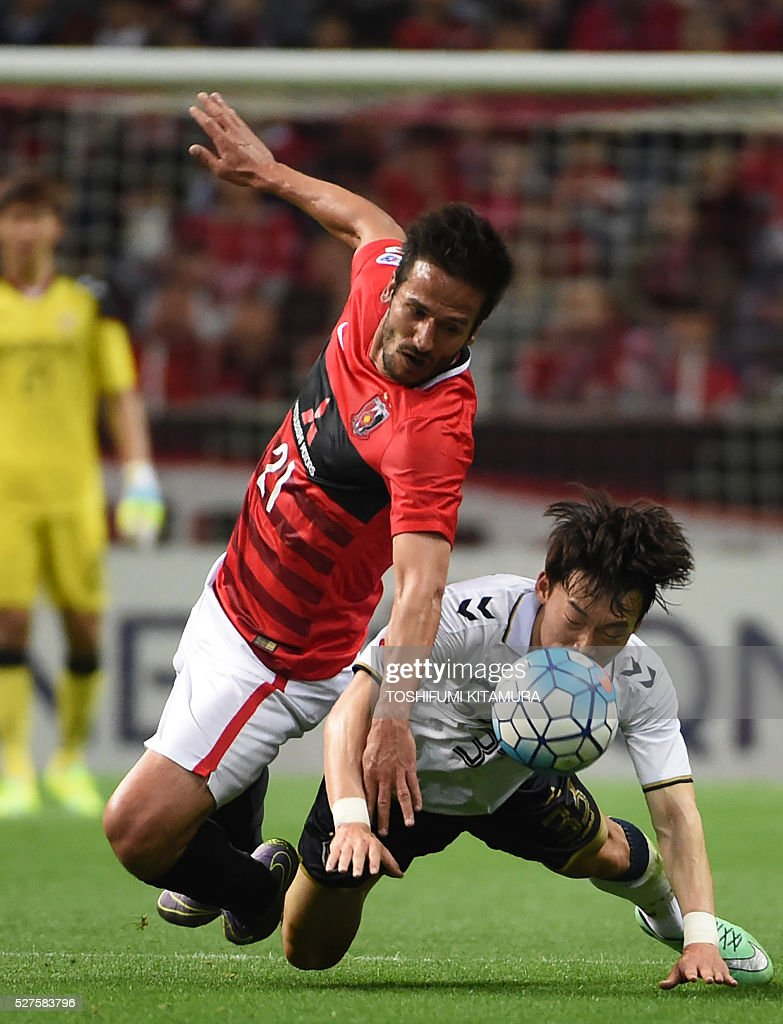 Japan's Urawa Reds forward Zlatan (C) fights for the ball with South Korea's Pohang Steelers defender Kim Wonil (R) during their AFC champions league group H football match in Saitama on May 3, 2016. / AFP / TOSHIFUMI