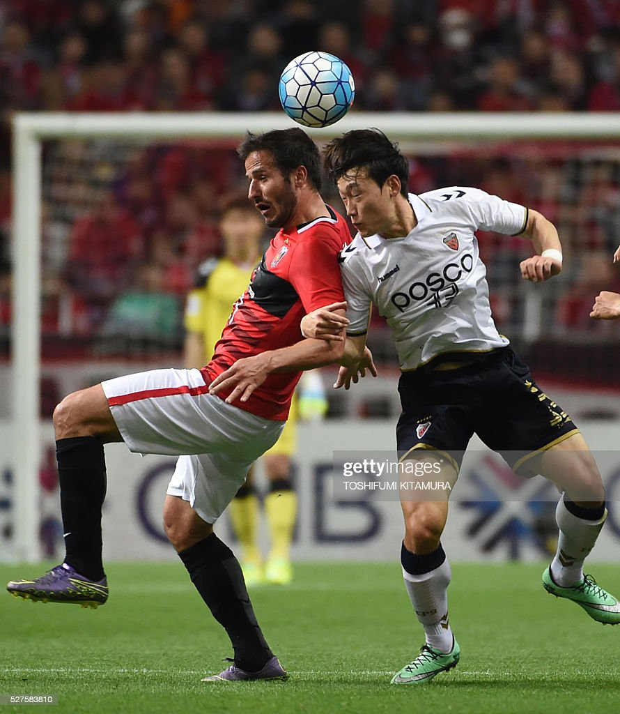 Japan's Urawa Reds forward Zlatan (L) fights for the ball with South Korea's Pohang Steelers defender Kim Wonil (R) during their AFC champions league group H football match in Saitama on May 3, 2016. / AFP / TOSHIFUMI