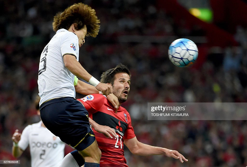 Japan's Urawa Reds forward Zlatan (R) fights for the ball with South Korea's Pohang Steelers defender Kim Kwang-Suk (L) during their AFC champions league group H football match in Saitama on May 3, 2016. / AFP / TOSHIFUMI
