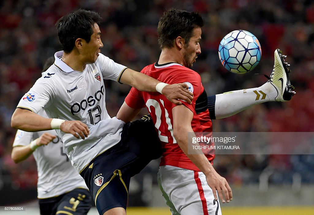 Japan's Urawa Reds forward Zlatan (R) fights for the ball with South Korea's Pohang Steelers defender Kim Wonil (L) during their AFC champions league group H football match in Saitama on May 3, 2016. / AFP / TOSHIFUMI
