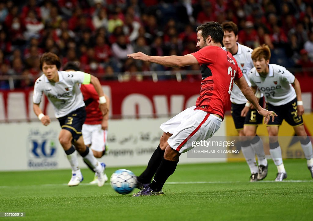 Japan's Urawa Reds forward Zlatan (C) shoots to score in the penalty kick during their AFC champions league group H football match against South Korea's Pohang Steelers in Saitama on May 3, 2016. / AFP / TOSHIFUMI