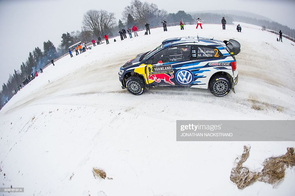 Jari-Matti Latvala of Finland and his co-driver Mikka Anttila steer their Volkswagen Polo during the 8nd stage of the Rally Sweden, second round of the FIA World Rally Championship on February 12, 2016 in Rojden near Svullrya, Norway. / AFP / JONATHAN NACKSTRAND