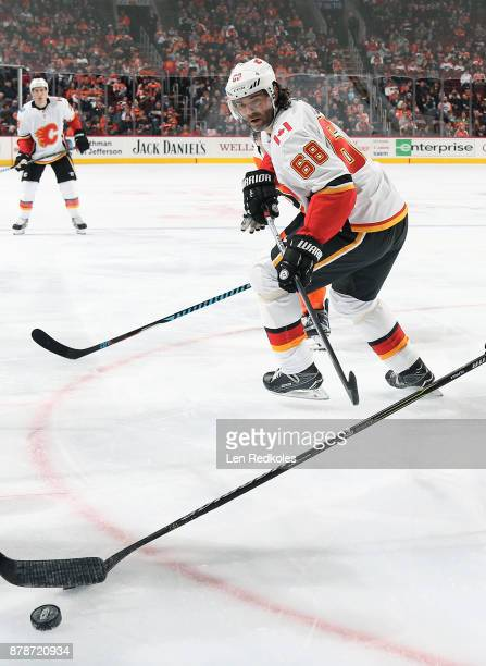 Jaromir Jagr of the Calgary Flames reacts towards the loose puck against the Philadelphia Flyers on November 18 2017 at the Wells Fargo Center in...