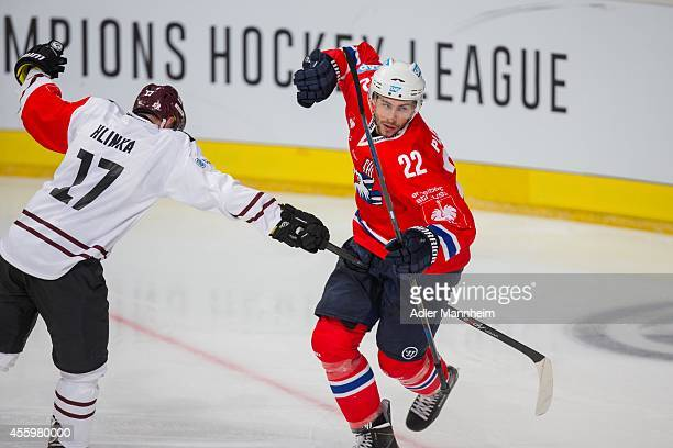 Jaroslav Hlinka SPA Mannheims Matthias Plachta during the Champions Hockey League group stage game between Adler Mannheim and Sparta Prague on...