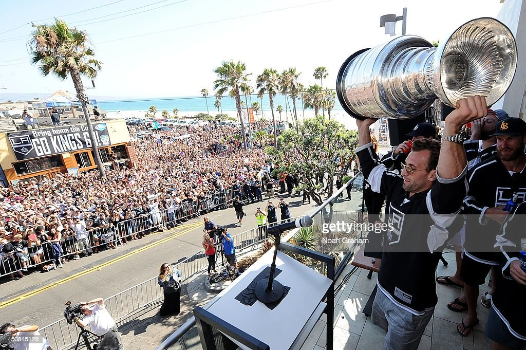 <a gi-track='captionPersonalityLinkClicked' href=/galleries/search?phrase=Jarret+Stoll&family=editorial&specificpeople=204632 ng-click='$event.stopPropagation()'>Jarret Stoll</a> #28 of the Los Angeles Kings hoists the Stanley Cup up in the air during the Los Angeles Kings South Bay Victory Parade on June 18, 2014 in Manhattan Beach, California.