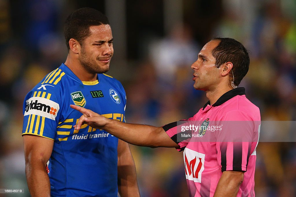 <a gi-track='captionPersonalityLinkClicked' href=/galleries/search?phrase=Jarryd+Hayne&family=editorial&specificpeople=563352 ng-click='$event.stopPropagation()'>Jarryd Hayne</a> of the Eels looks confused as he speaks to referee Ashley Klein during the round nine NRL match between the Parramatta Eels and the Brisbane Broncos at Parramatta Stadium on May 11, 2013 in Sydney, Australia.