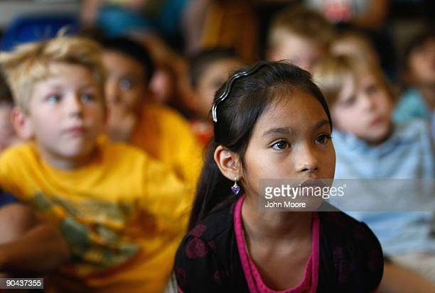 Jasmin Garces along with other second graders watches as President Obama delivers a backtoschool address to school children on September 8 2009 in...