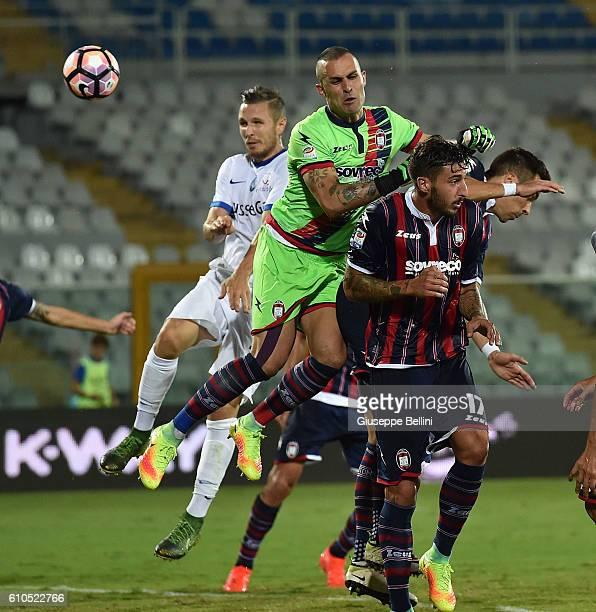 Jasmin Kurtic of Atalanta BC scores the goal 02 during the Serie A match between FC Crotone and Atalanta BC at Adriatico Stadium on September 26 2016...
