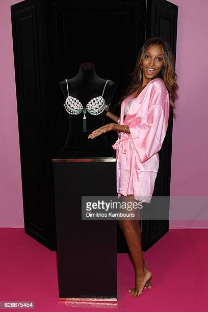 Jasmine Tookes poses with the Fantasy Bra prior the 2016 Victoria's Secret Fashion Show on November 30 2016 in Paris France