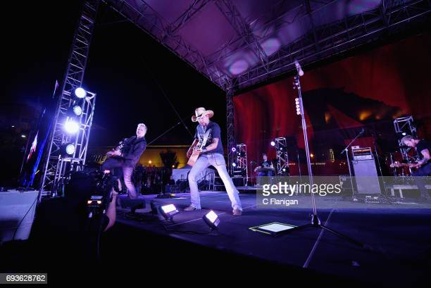 Jason Aldean and the Country Music Hall of Fame and Museum surprise fans with a free concert in support of his new exhibition Jason Aldean Asphalt...